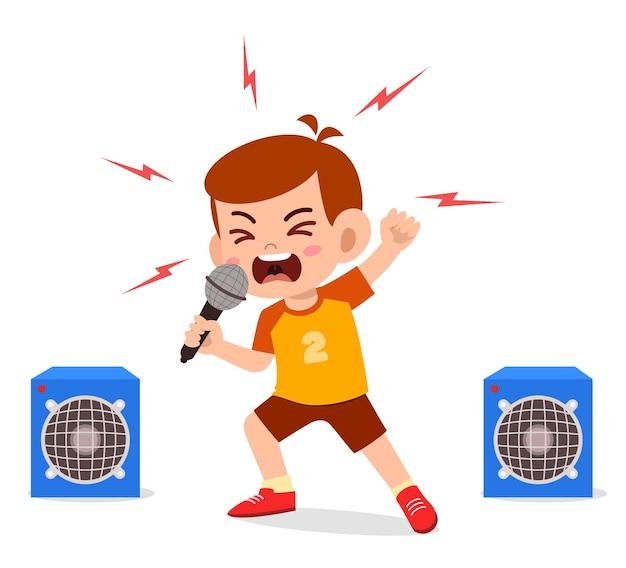 Petit garçon chante une chanson sur scène et hurle