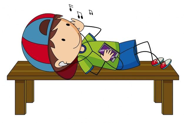 Petit garçon écoutant de la musique