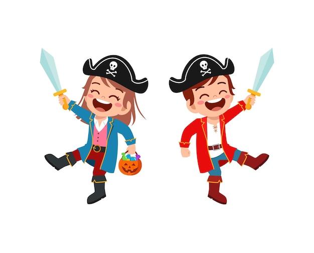 Un petit garçon et une fille mignons célèbrent halloween avec un ami