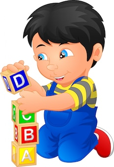 Petit garçon jouant avec bloc alphabet