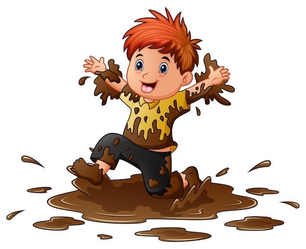 Petit garçon jouant dans la boue