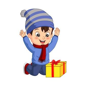 Petit garçon mignon avec le cadeau de noël