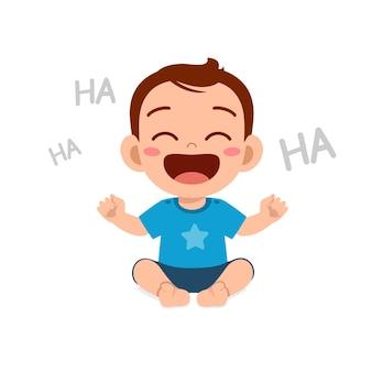 Le petit garçon mignon montre une expression heureuse et rit