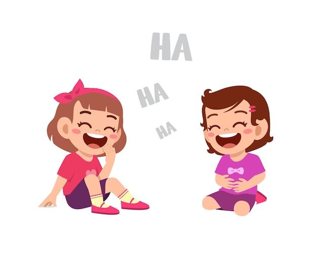 Petit garçon mignon rire avec un ami