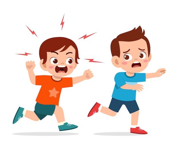 Un petit garçon mignon se met en colère et poursuit un ami effrayé