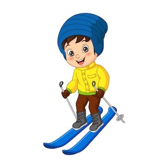 Petit garçon mignon skiant dans des vêtements d'hiver