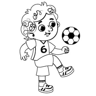 Le petit garçon noir et blanc dans les vêtements de sport joue avec un ballon de football