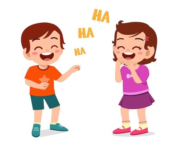 Petit garçon et petite fille rient ensemble