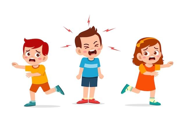 Petit garçon pleure et hurle si fort et fait courir son ami