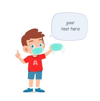 Petit garçon portant un masque et avertir du virus