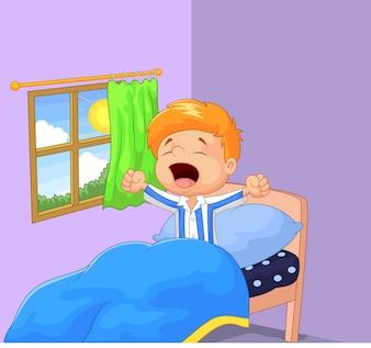 Petit garçon s'est réveillé et bâille