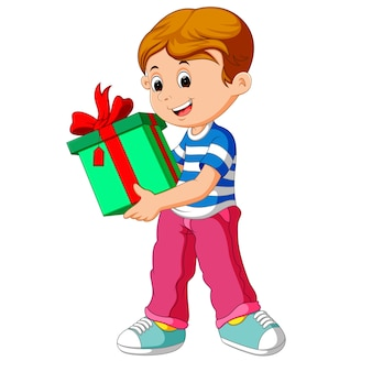 Petit garçon tenant une boîte-cadeau
