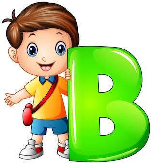 Petit garçon tenant la lettre b