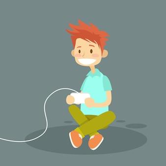 Petit garçon tenant une manette de jeu jouant un jeu vidéo