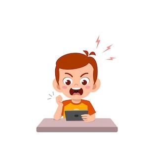 Petit garçon utilisant un téléphone portable et en colère