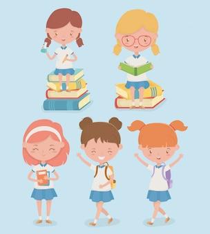Petit groupe d'élèves avec des fournitures scolaires