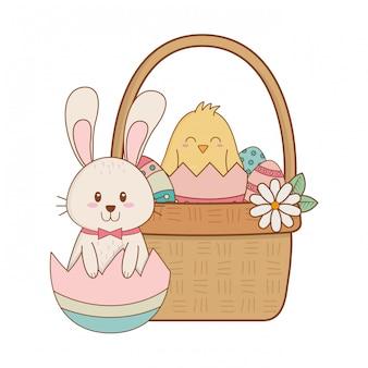 Petit lapin et poussin avec oeuf peint dans un panier