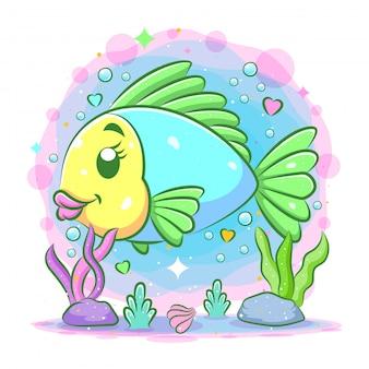 Le petit poisson aux grandes lèvres nage sous la mer bleue