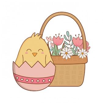 Petit poussin avec oeuf cassé dans le panier personnage floral de pâques
