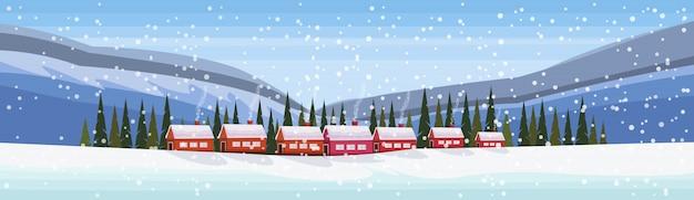 Petit village dans les montagnes enneigées
