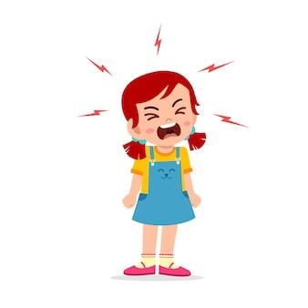 Petite crise de colère et crie très fort