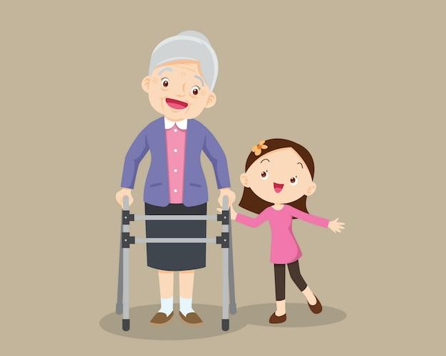 Petite-fille aide sa grand-mère à marcher.