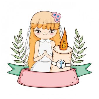 Petite fille avec une bougie dans la célébration de la première communion