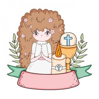 Petite fille avec un calice dans la célébration de la première communion