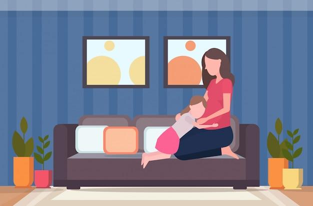Petite fille à l'écoute du ventre de sa mère enceinte femme joyeuse en attente de bébé nouveau-né famille heureuse s'amuser concept de grossesse pleine longueur intérieur moderne salon intérieur