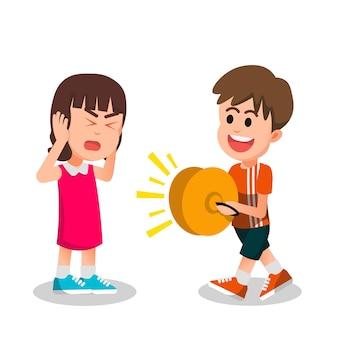 La petite fille est dérangée par un garçon jouant bruyamment une cymbale