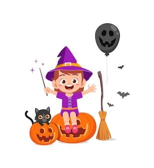 La petite fille mignonne célèbrent le costume de sorcière d'usage d'halloween
