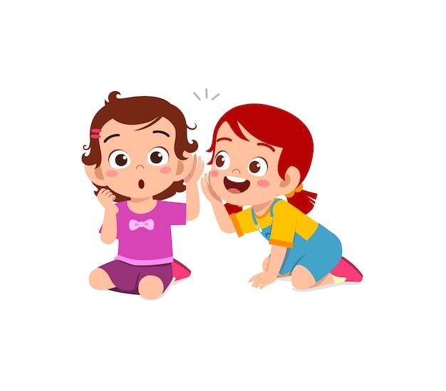 Petite fille mignonne chuchote le secret à un ami