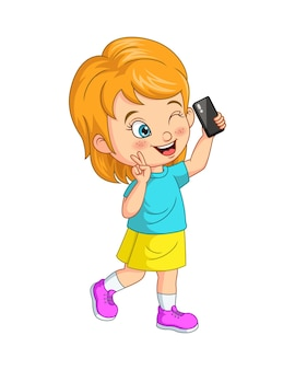 Petite fille mignonne prenant le selfie avec un smartphone