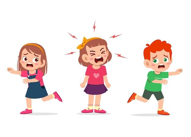 Petite fille pleure et hurle si fort et fait courir son amie