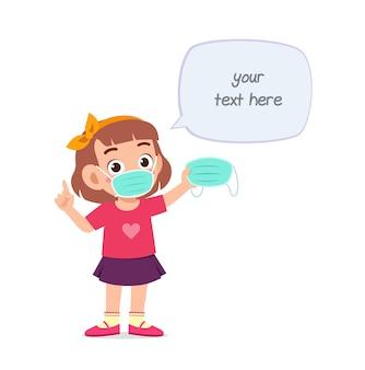 Petite fille portant un masque et avertir du virus