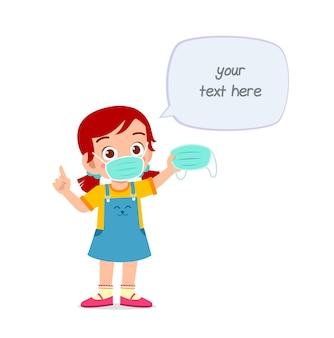 Petite fille portant un masque et avertissant du virus