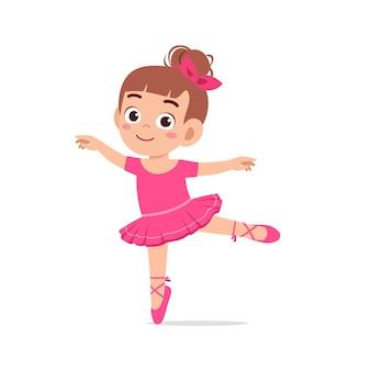 La petite fille porte un beau costume de ballerine et danse