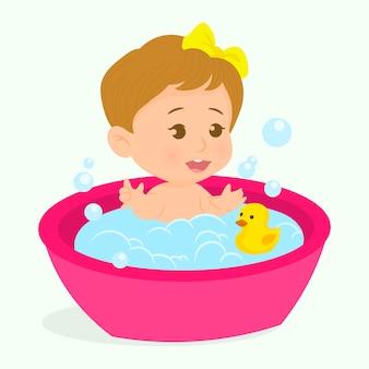 Petite fille prenant un bain