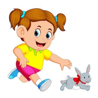 Petite fille rattraper un lapin