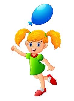 Petite fille tenant le ballon