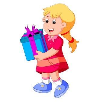 Petite fille tenant une boîte-cadeau