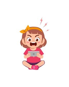 Petite fille utilisant un téléphone portable et en colère