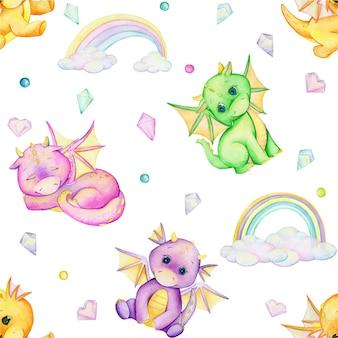 Petits dragons, différentes couleurs, nuages, arcs-en-ciel, cristaux. modèle sans couture aquarelle.