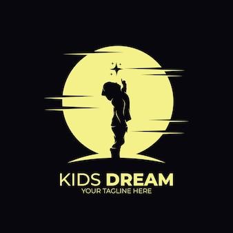 Petits enfants atteignant le logo étoile