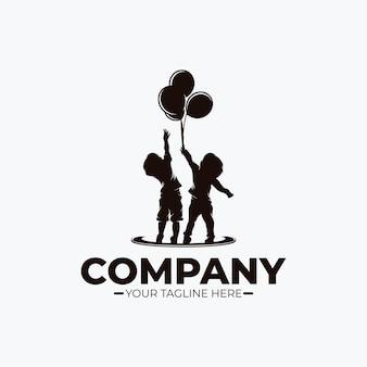 Petits enfants atteignant le logo de rêve