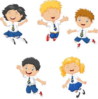 Petits enfants souriants et sautant ensemble
