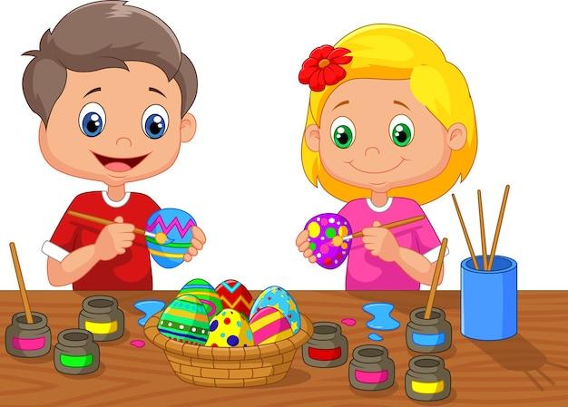 Petits enfants en train de peindre un oeuf de pâques