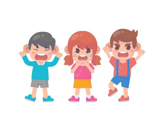 Les petits garçons intimident la petite fille jusqu'à ce qu'elle pleure