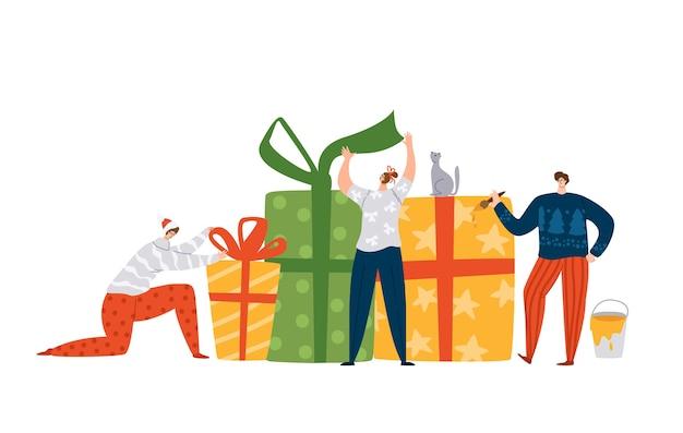 Petits hommes et femmes décorant des cadeaux de noël ou du nouvel an