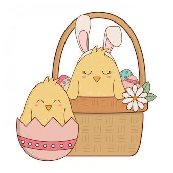 Petits poussins dans un panier de personnages de pâques